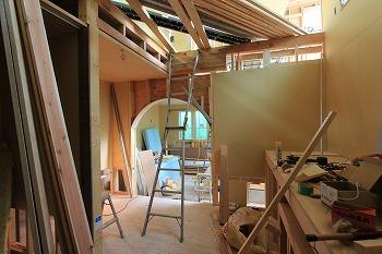 内部間仕切り施工中です。