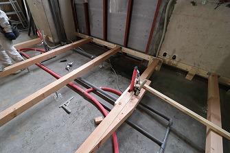 設備配管工事を進めています。