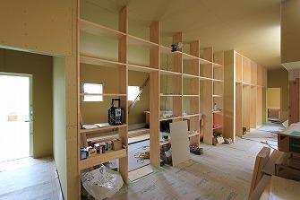 内部造作工事を進めています。